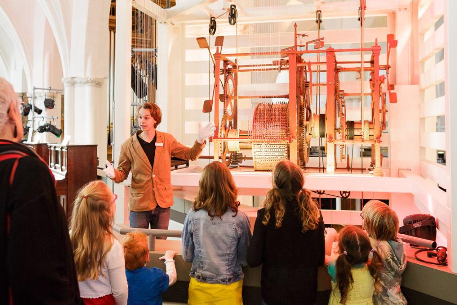 Voortgezet Onderwijs met schoolklas in museum