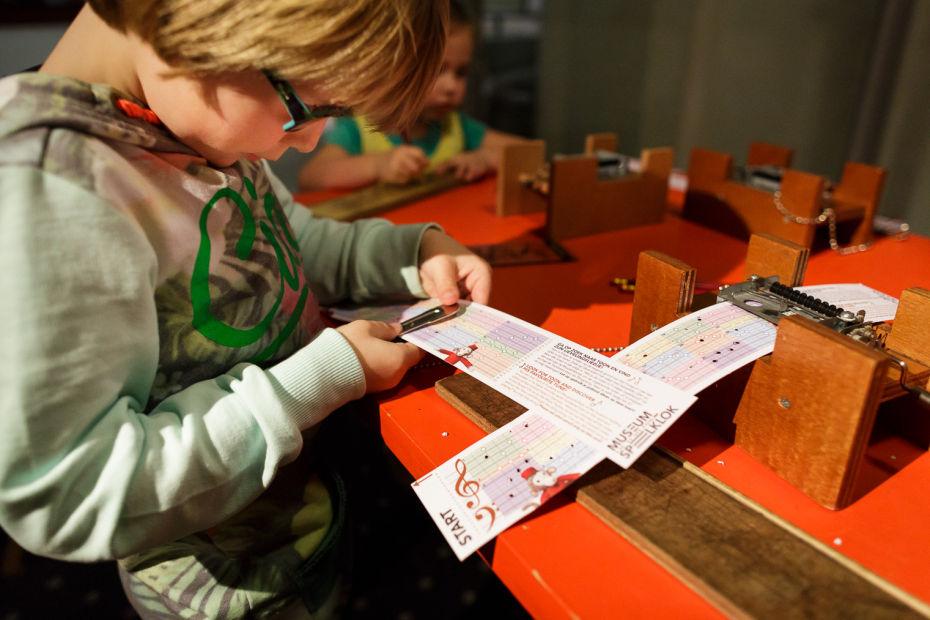kinderen componeren hun eigen muziek in de muziekfabriek
