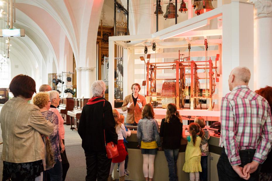 leren over de geschiedenis van instrumenten die live spelen in Museum Speelklok