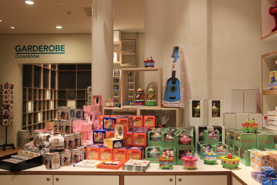 Bekijk de boeken en muziekdoosjes in onze museumwinkel