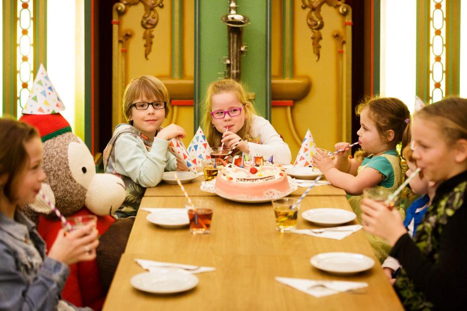 verjaardagstaart eten met vrienden in museum