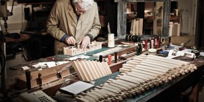 Restauratoren werken om de zelfspelende muziekinstrumenten weer spelend te maken - Museum Speelklok
