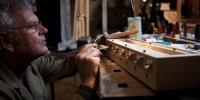 restaurator aan het werk in atelier