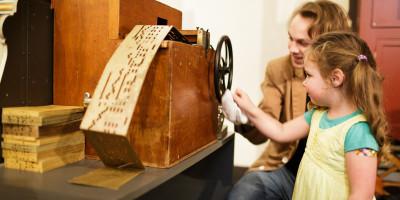 kinderen maken zelf muziek in Museum Speelklok