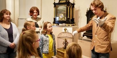 Uitleg over techniek van de zelfspelende muziekinstrumenten tijdens de Muzikale Rondleiding - Museum Speelklok Utrecht