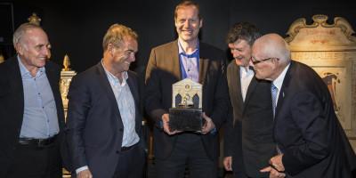 Prudhomme, Zoetemelk, Janssen, Hinault en Thévenet met de Fietsende aap mét gele trui