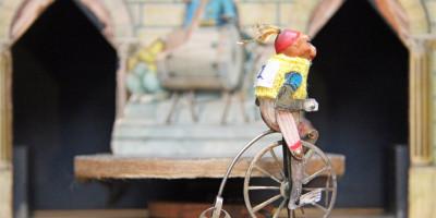 fietsende aap met gele trui liggend