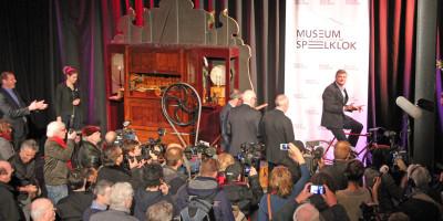 Tourwinnaar Bernard Thévenet fiets orgel aan met Bernard Hinault, Joop Zoetemelk en Jan Janssen - Onthulling fietsaangedreven-orgel Museum Speelklok