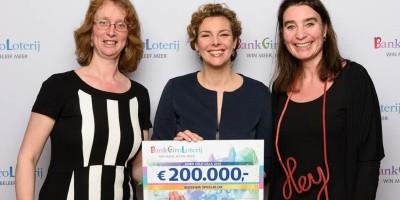 Museumdirecteur Marian van Dijk en hoofd Presentatie Ebelin ontvangen cheque van Managing director Marieke van Schaik (midden)