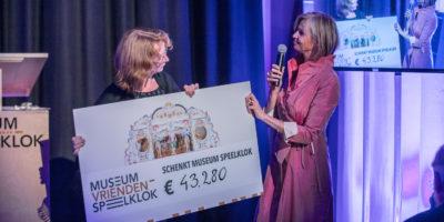directeur-marian-van-dijk-ontvangt-cheque-van-voorzitter-sandra-van-loon-vercauteren