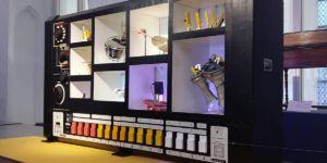 Grote interactieve robot-drummachine