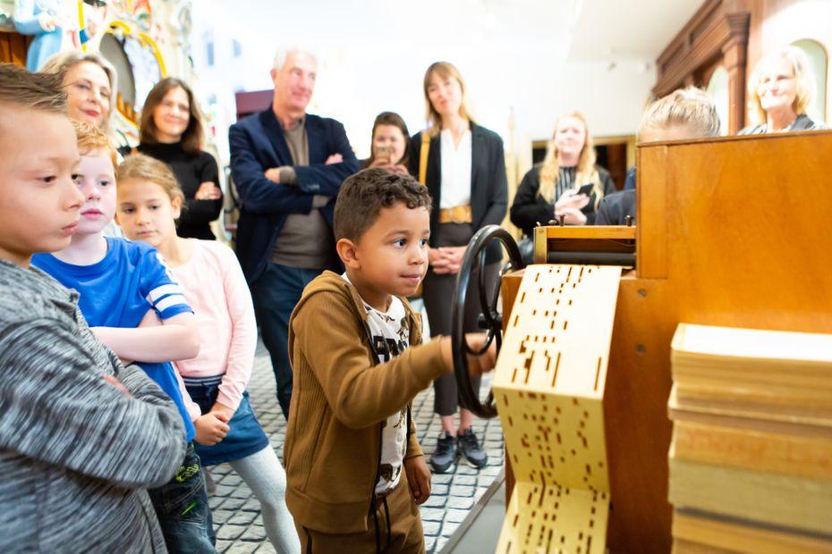 Zelf aan het orgel draaien tijdens de kinderrondleiding