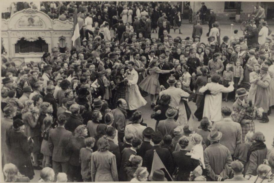 Dansen bij een straatorgel tijdens de bevrijding