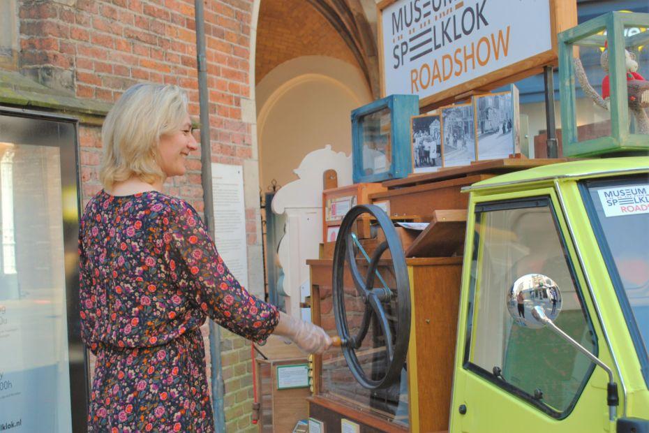 Wethouder Anke Klein in Museum Speelklok